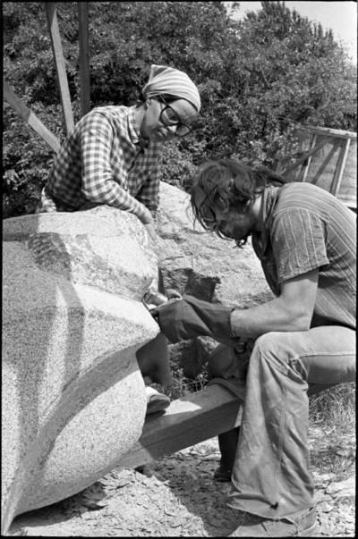 [Skulptorė Violeta Skirgailaitė ir akmens meistras Jonas Virbauskas. Skulptorių simpoziumas Smiltynėje] / Audronius Ulozevičius. - 197?