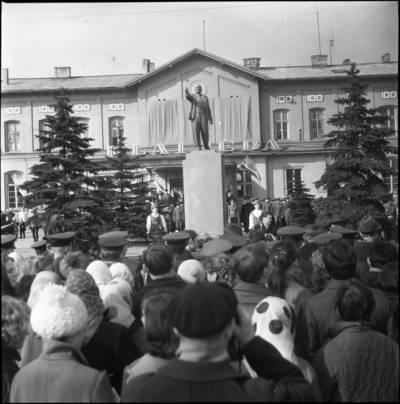 [Paminklas Leninui priešais Klaipėdos geležinkelio stotį] / Bernardas Aleknavičius. - 197?
