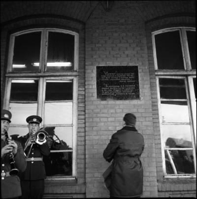 [Paminklinė lenta ant Klaipėdos geležinkelio stoties pastato] / Bernardas Aleknavičius. - 197?