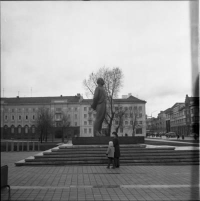 [Lenino paminklas 1976 m. Klaipėda] / Bernardas Aleknavičius. - 1976.XI.1