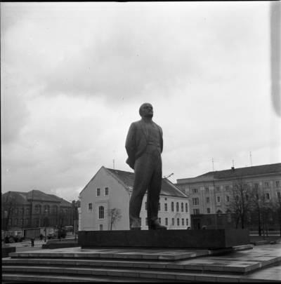 [Lenino paminklas 1976 m. Tarybų (dab. Atgimimo) aikštėje. Klaipėda] / Bernardas Aleknavičius. - 1976.XI.1