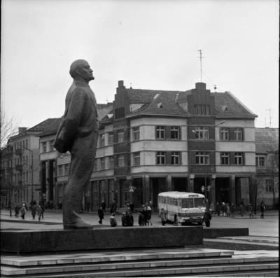 [Lenino paminklas 1976 m. lapkričio 1 d. Klaipėda] / Bernardas Aleknavičius. - 1976.XI.1