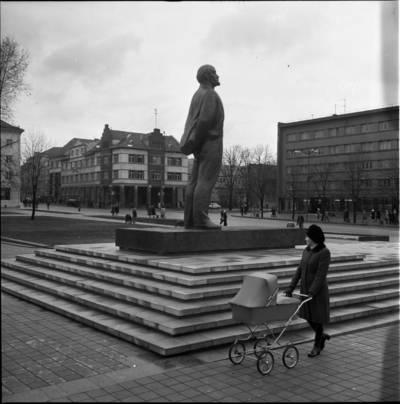 [Prie Lenino paminklo 1976 m. Klaipėda] / Bernardas Aleknavičius. - 1976.XI.1