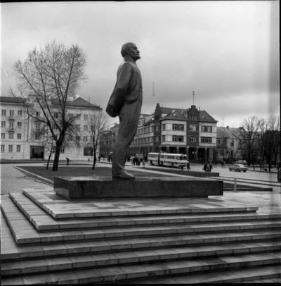 [Tarybų (dab. Atgimimo) aikštėje pastatytas Lenino paminklas 1976 m. Klaipėda] / Bernardas Aleknavičius. - 1976.XI.1