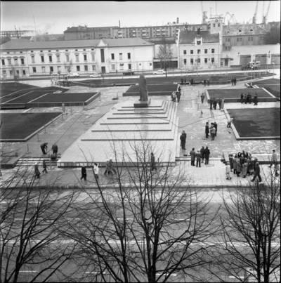 [Ruošiamasi Lenino paminklo atidarymui 1976 m. Klaipėda] / Bernardas Aleknavičius. - 1976.XI.3