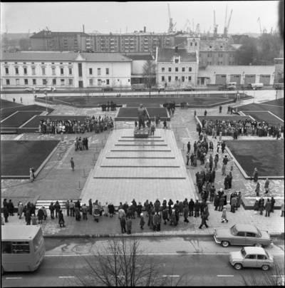 [Ruošiamasi Lenino paminklo atidarymui Lenino (dab. Atgimimo) aikštėje 1976 m. Klaipėda] / Bernardas Aleknavičius. - 1976.XI.3