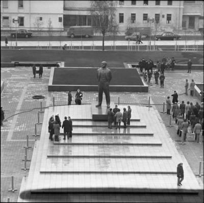 [Ruošiamasi Lenino paminklo atidarymui Lenino (dab. Atgimimo) aikštėje  1976 m. lapkričio 3 d. Klaipėda] / Bernardas Aleknavičius. - 1976.XI.3