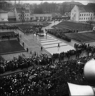 [Lenino paminklo atidarymas Lenino (dab. Atgimimo) aikštėje 1976 m. Klaipėda] / Bernardas Aleknavičius. - 1976.XI.4