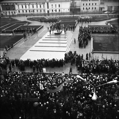 [Lenino paminklo atidarymas Lenino aikštėje 1976 m. Klaipėda] / Bernardas Aleknavičius. - 1976.XI.4