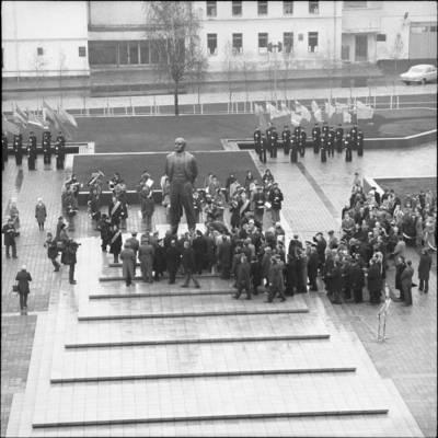 [Lenino paminklo atidarymo dalyviai 1976 m. Klaipėda] / Bernardas Aleknavičius. - 1976.XI.4