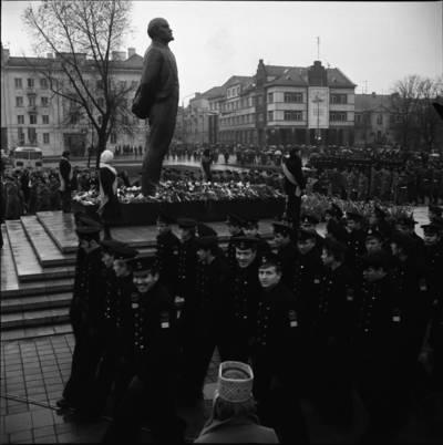 [Kariai Lenino paminklo atidarymo renginyje 1976 m. Klaipėda] / Bernardas Aleknavičius. - 1976.XI.4