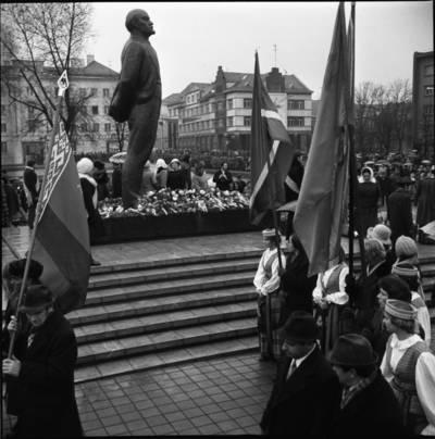 [Lenino paminklo atidarymo dalyviai 1976 m. lapkričio 4 d. Klaipėda] / Bernardas Aleknavičius. - 1976.XI.4