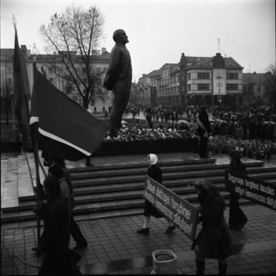 [Lenino paminklo atidarymo dalyviai neša transparantus 1976 m. Klaipėda] / Bernardas Aleknavičius. - 1976.XI.4