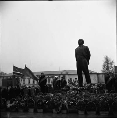 [Gėlės prie Lenino paminklo 1976 m. lapkričio 4 d. Klaipėda] / Bernardas Aleknavičius. - 1976.XI.4