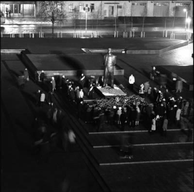 [Garbės sargyba prie Lenino paminklo 1976 m. lapkričio 4 d. Klaipėda] / Bernardas Aleknavičius. - 1976.XI.4