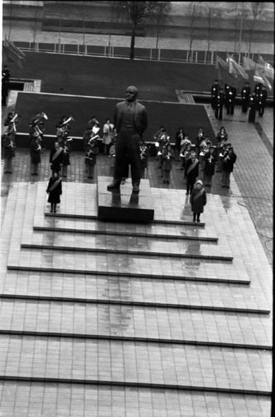 [Garbės sargyba prie atidengto Lenino paminklo 1976 m. Klaipėda] / Bernardas Aleknavičius. - 1976.XI.4