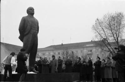 [Lenino paminklo atidengimas 1976 m. lapkričio 4 d. Klaipėda] / Bernardas Aleknavičius. - 1976.XI.4
