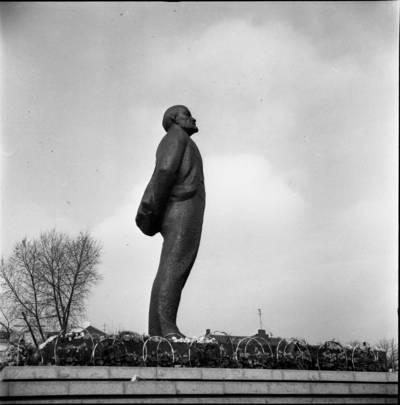 [Gėlės prie Lenino paminklo 1976 m. lapkričio 7 d. Klaipėda] / Bernardas Aleknavičius. - 1976.XI.7