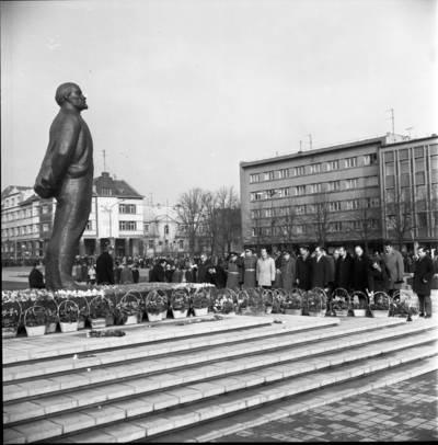 [Spalio revoliucijos 59-ųjų metinių minėjimo dalyviai prie Lenino paminklo Lenino aikštėje 1976 m. lapkričio 7 d. Klaipėda] / Bernardas Aleknavičius. - 1976.XI.7