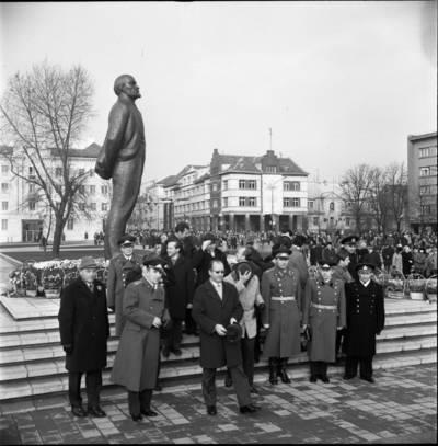 [Spalio revoliucijos 59-ųjų metinių minėjimo dalyviai prie Lenino paminklo 1976 m. lapkričio 7 d. Klaipėda] / Bernardas Aleknavičius. - 1976.XI.7