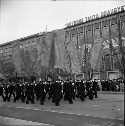 [Karinės jūrų įgulos nariai demonstracijoje 1976 m. lapkričio 7 d. Klaipėda] / Bernardas Aleknavičius. - 1976.XI.7