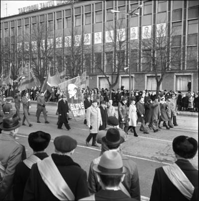 [Spalio revoliucijos 59-ųjų metinių minėjimo demonstracijos dalyviai 1976 m. Klaipėda] / Bernardas Aleknavičius. - 1976.XI.7