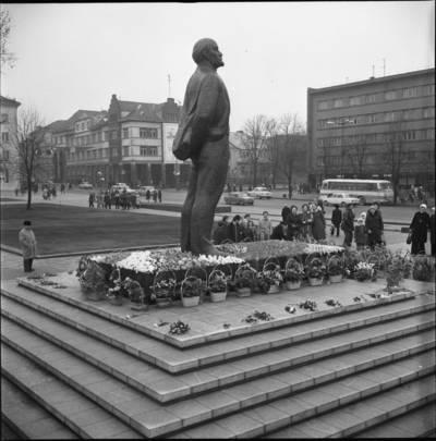 [Gėlės ant Lenino paminklo postamento 1976 m. Klaipėda] / Bernardas Aleknavičius. - 1976.XI.7