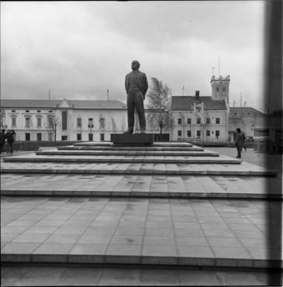 [Lenino paminklas 1976 m. lapkričio 7 d. Klaipėda] / Bernardas Aleknavičius. - 1976.XI.7