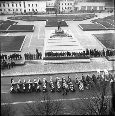 [Spalio revoliucijos 59-ųjų metinių minėjimo demontracija 1976 m. lapkričio 7 d. Klaipėda] / Bernardas Aleknavičius. - 1976.XI.7