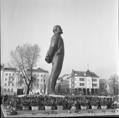 [Gėlės prie Lenino paminklo 1976 m. Klaipėda] / Bernardas Aleknavičius. - 1976.XI.7