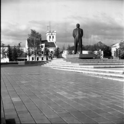 [Lenino paminklas Lenino (dab. Atgimimo) aikštėje 1979 m. Klaipėda] / Bernardas Aleknavičius. - 1979