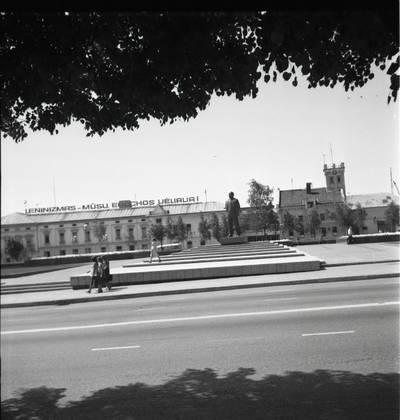 [Lenino paminklas Lenino (dab. Atgimimo) aikštėje 1980 m. Klaipėda] / Bernardas Aleknavičius. - 1980