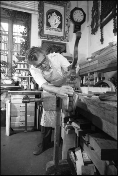[Meninių baldų restauratorius Alfonsas Gudzevičius, atliekantis restauravimo darbą] / Audronius Ulozevičius. - 1988