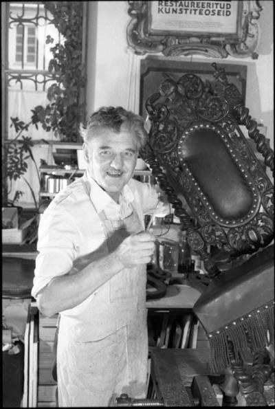 [Meninių baldų restauratorius Alfonsas Gudzevičius dirbtuvėse] / Audronius Ulozevičius. - 1988
