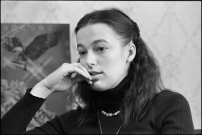 [Dainininkė Gintarė Jautakaitė] / Audronius Ulozevičius. - 1982