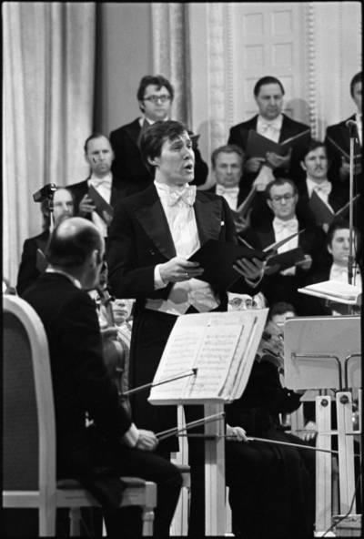 [Operos solistas Vladimiras Prudnikovas koncerto metu] / Audronius Ulozevičius. - 1981