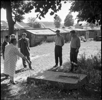 [Prie Pusernos kapo Priekulėje] / Bernardas Aleknavičius. - 1966.VIII.3
