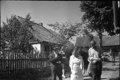 [Rašytoja Ieva Simonaitytė lankosi Dūdjonių sodyboje, kurioje ji užaugo. Vanagai] / Bernardas Aleknavičius. - 1966.VIII.3