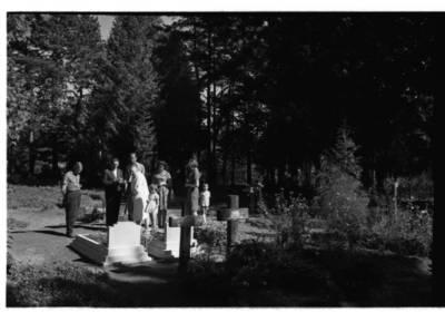 [Rašytojos Ievos Simonaitytės apsilankymas Vanagų kapinėse, kuriose palaidoti jos artimieji] / Bernardas Aleknavičius. - 1966.VIII.3