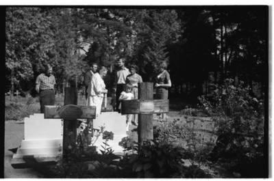 [Rašytoja Ieva Simonaitytė prie artimųjų kapų Vanagų kapinėse] / Bernardas Aleknavičius. - 1966.VIII.3