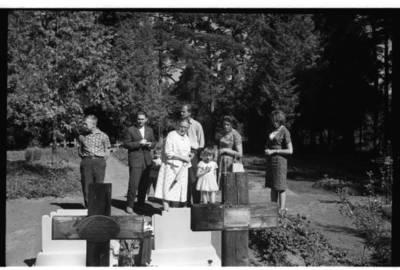 [Rašytoja Ieva Simonaitytė prie giminaičių kapų Vanagų kapinėse] / Bernardas Aleknavičius. - 1966.VIII.3