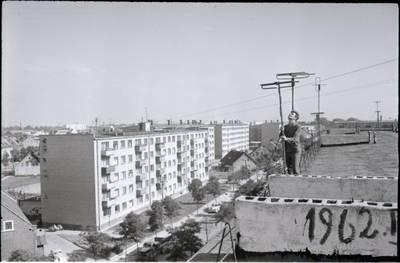 [Vaizdas nuo pastato Rumpiškės g. 2 stogo iš Tilžės g. pusės. Klaipėda] / Bernardas Aleknavičius. - 196-