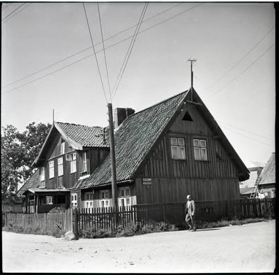 [Namas Butsargių g. 2, kuriame 1925-1931 m. gyveno ir kūrė rašytoja Ieva Simonaitytė. Butsargių g. ir Baltikalnio kelio sankryža. Klaipėda] / Bernardas Aleknavičius. - 196-