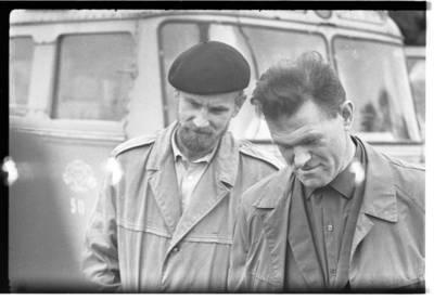 [Tautodailininkas Eduardas Jonušas ir fotografas Albinas Stubra. Priekulė] / Bernardas Aleknavičius. - 1967