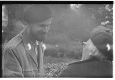 [Tautodailininkas Eduardas Jonušas ir rašytoja Ieva Simonaitytė. Priekulė] / Bernardas Aleknavičius. - 1967