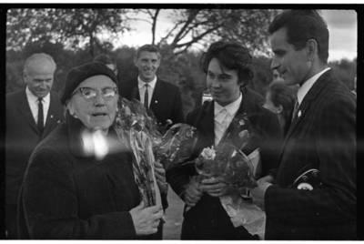 [Tautodailininkas Vytautas Majoras su žmona Birute Majoriene sveikina rašytoją Ievą Simonaitytę išlydėtuvių į Vilnių proga. Priekulė] / Bernardas Aleknavičius. - 1967