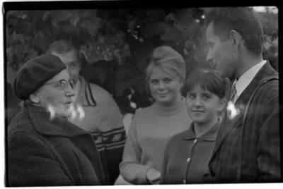 [Rašytoja Ieva Simonaitytė ir tautodailininkas Vytautas Majoras. Priekulė] / Bernardas Aleknavičius. - 1967