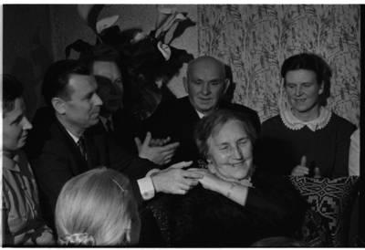 [Žvakių vakaronės su rašytoja Ieva Simonaityte akimirka. Priekulė] / Bernardas Aleknavičius. - 1969.XI.29
