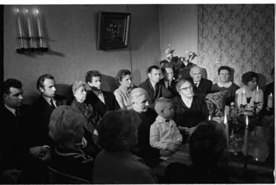 [Žvakių vakaronė su rašytoja Ieva Simonaityte. Priekulė] / Bernardas Aleknavičius. - 1969.XI.29