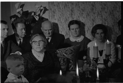 [Žvakių vakaronės su rašytoja Ieva Simonaityte metu. Priekulė] / Bernardas Aleknavičius. - 1969.XI.29